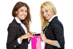 Duas meninas com sacos de compras Fotos de Stock Royalty Free