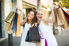 Duas meninas com sacos de compras fora Foto de Stock