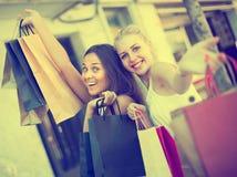 Duas meninas com sacos de compras fora Fotografia de Stock Royalty Free