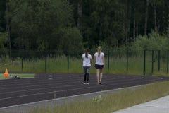 Duas meninas corridas ao longo dos trajetos fotos de stock royalty free