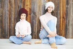 Duas meninas da criança nos chapéus Fotografia de Stock Royalty Free