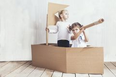 Duas meninas das crianças dirigem em capitães de um jogo do navio do cartão Imagens de Stock Royalty Free