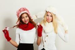 Duas meninas de sorriso na roupa morna do inverno Fotografia de Stock