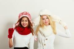 Duas meninas de sorriso na roupa morna do inverno Imagens de Stock