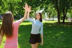 Duas meninas dizem adeus após o exercício fora Fotos de Stock Royalty Free