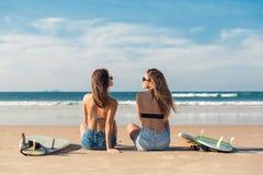 Duas meninas do surfista na praia Imagem de Stock Royalty Free
