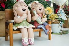 Duas meninas dos desenhos animados estão sorrindo no jardim foto de stock