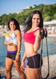 Duas meninas dos esportes em uma praia Imagens de Stock Royalty Free