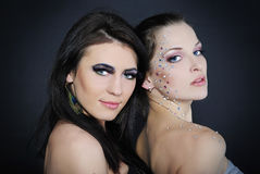 Duas meninas elegantes à moda bonitas aos modelos Fotografia de Stock Royalty Free
