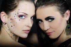Duas meninas elegantes à moda bonitas aos modelos Fotos de Stock Royalty Free