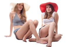 Duas meninas em chapéus do verão Fotografia de Stock Royalty Free