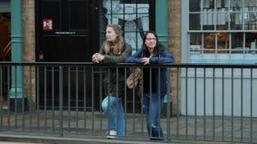Duas meninas em Londres - cidade que sightseeing video estoque