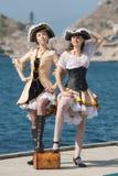 Duas meninas em trajes do pirata ao ar livre Fotos de Stock