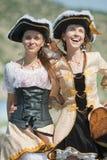 Duas meninas em trajes do pirata ao ar livre Fotos de Stock Royalty Free