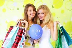 Duas meninas em um fundo verde Fotos de Stock