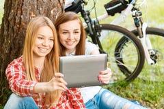 Duas meninas em um piquenique com bicicletas Imagem de Stock