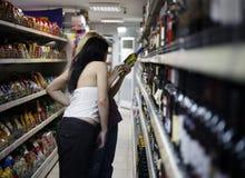 Duas meninas em um supermercado Imagens de Stock