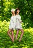 Duas meninas em uma floresta verde foto de stock royalty free