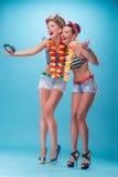 Duas meninas emocionais bonitas no estilo do pinup Imagem de Stock