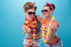 Duas meninas emocionais bonitas no estilo do pinup Imagens de Stock Royalty Free