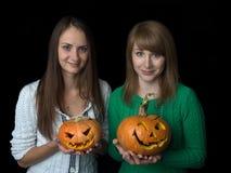 Duas meninas encantadores guardam em suas mãos a lâmpada cinzelada do jaque fotos de stock