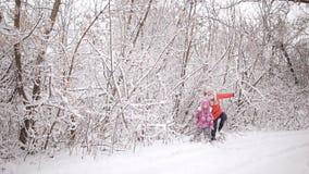 Duas meninas encontraram sua maneira fora da floresta do inverno video estoque