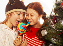 Duas meninas engraçadas com lolly-estalam. Foto de Stock Royalty Free