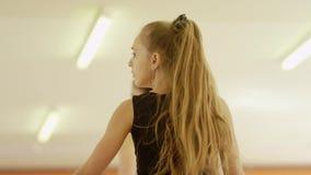 Duas meninas estão dançando video estoque