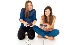 Duas meninas estão jogando jogos de vídeo Fotos de Stock Royalty Free