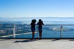 Duas meninas estão olhando Rio de janeiro fotos de stock