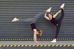 Duas meninas eu danço a ginástica aeróbica na rua Fotografia de Stock Royalty Free