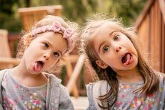 Duas meninas fazem as caras engraçadas Imagens de Stock Royalty Free