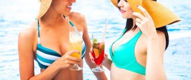 Duas meninas felizes com as bebidas no verão party perto da associação, cl fotografia de stock