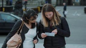 Duas meninas leram um mapa nas ruas de Londres vídeos de arquivo