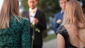 Duas meninas louras vieram em uma data romântica a dois indivíduos em um café do verão video estoque