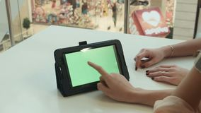 Duas meninas mostram a tabuleta com a tela verde filme