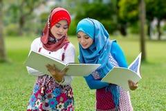 Duas meninas muçulmanas com livros   Fotografia de Stock