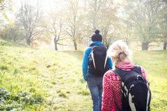 Duas meninas na caminhada do outono fotografia de stock