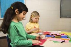 Duas meninas na classe de arte foto de stock