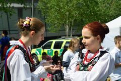 Duas meninas na conversa polonesa tradicional do traje Imagens de Stock Royalty Free