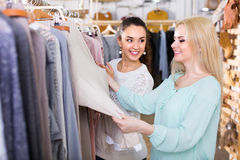 Duas meninas na loja de roupa Foto de Stock Royalty Free