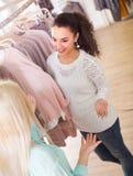 Duas meninas na loja de roupa Fotos de Stock