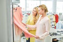 Duas meninas na loja de roupa imagens de stock royalty free