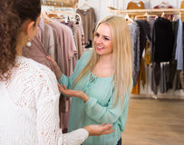 Duas meninas na loja de roupa Imagens de Stock