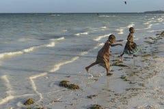 Duas meninas na praia de Zanzibar Fotografia de Stock