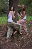 Duas meninas na roupa étnica fotos de stock