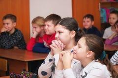 Duas meninas na sala de aula que escutam o professor imagem de stock royalty free