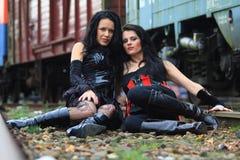 Duas meninas na terra Fotografia de Stock Royalty Free