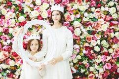 Duas meninas nas coroas brancas Fotografia de Stock Royalty Free