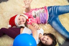 Duas meninas no assoalho, jogando em casa, vista superior Fotografia de Stock